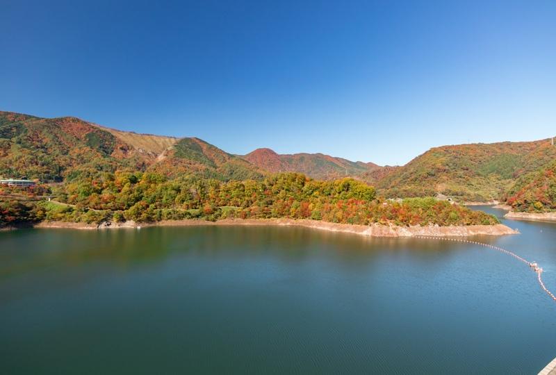 温井ダム、展望デッキからの紅葉