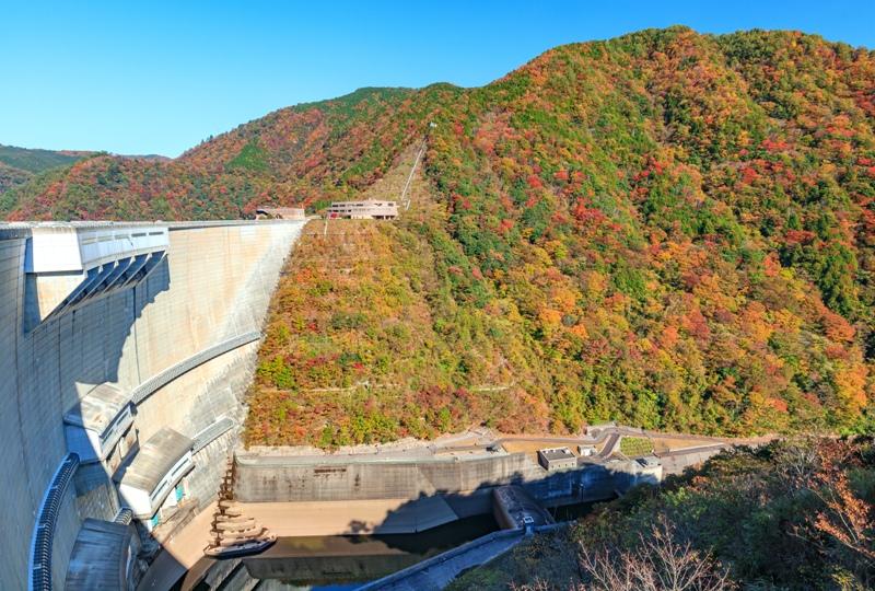 温井ダムの上から紅葉の展望(徒歩で)
