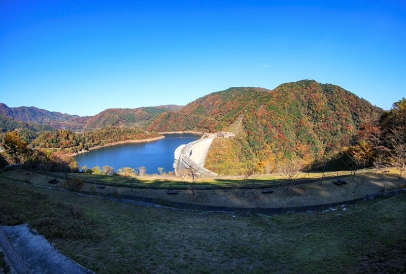 温井ダムの紅葉を見下ろす