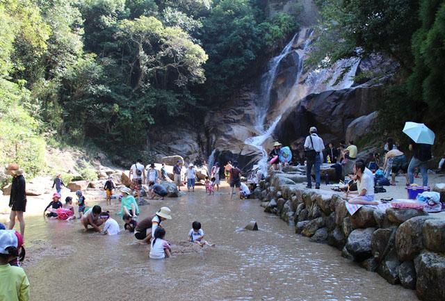 妹背の滝(雄滝)で水遊び