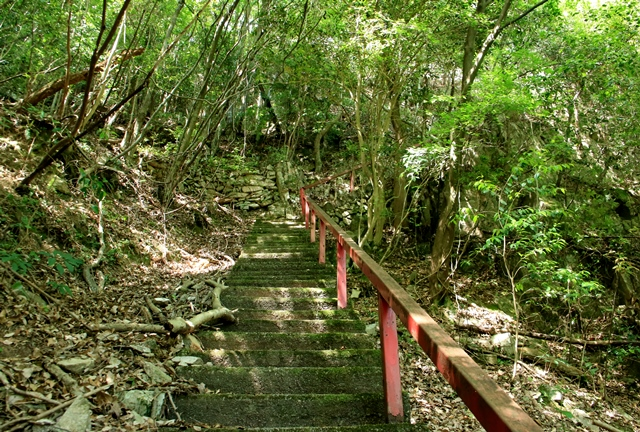 石采の滝へ向かう階段