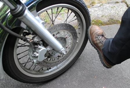 フロントフォークを足で蹴って曲がりを修正
