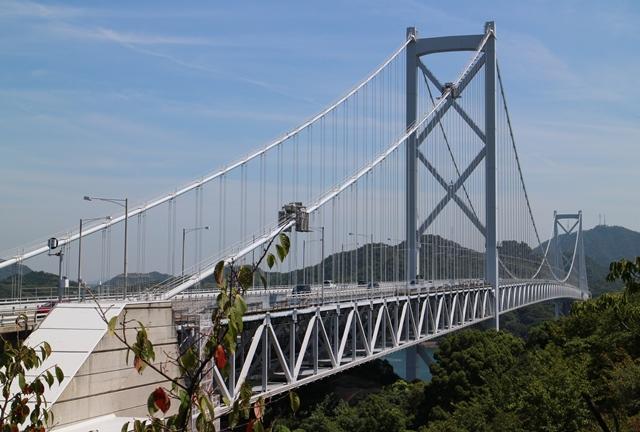 遊歩道から因島大橋を望む