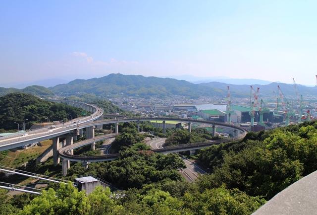 糸山展望台から今治造船、近見山を望む