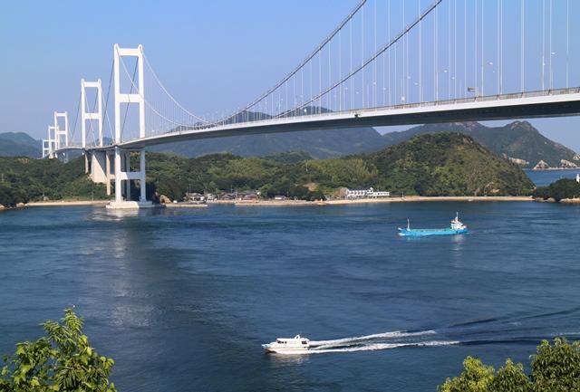 来島海峡大橋と行き交う船