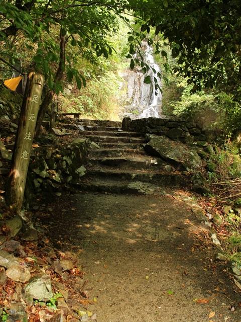 遊歩道を歩いて常清滝にたどり着いた