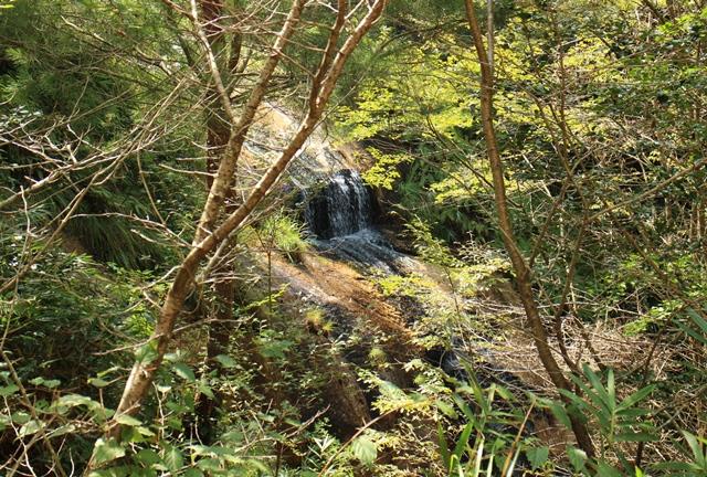 木々に隠れた湯舟の滝