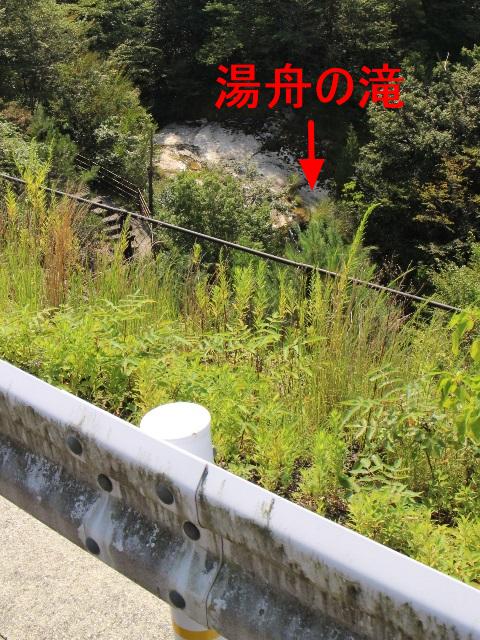 県道289号線から湯舟の滝を見下ろす