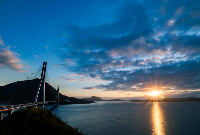 多々羅展望台から多々羅大橋と初日の出を望む