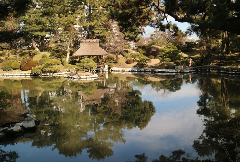 縮景園の濯纓池に写る悠々亭