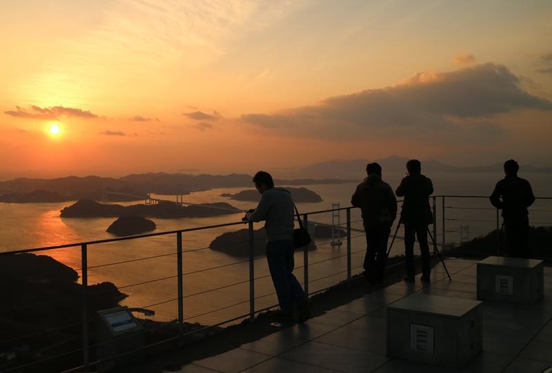 亀老山展望公園の夕日をカメラマンが占拠