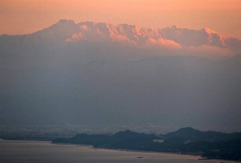 夕日で赤く染まった石鎚山