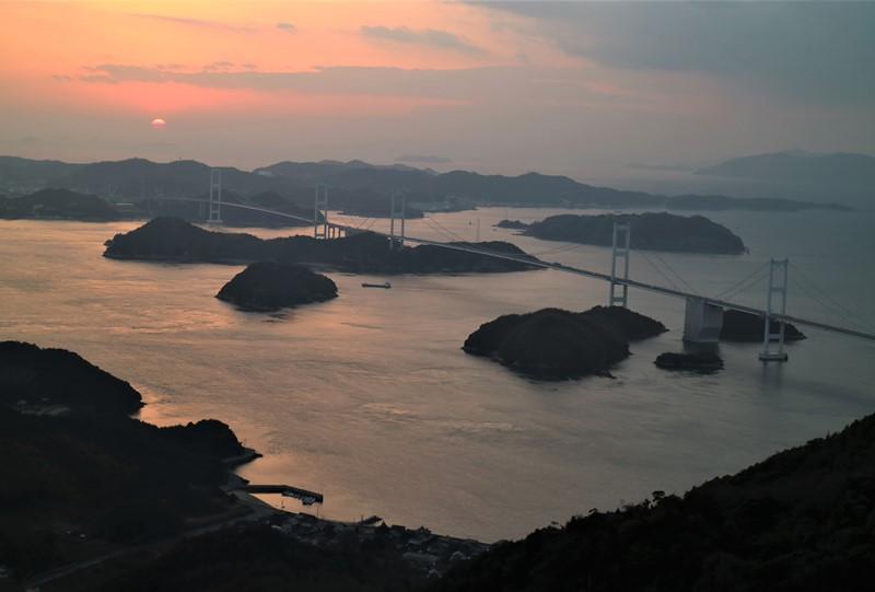 亀老山展望公園から見た来島海峡大橋と夕日