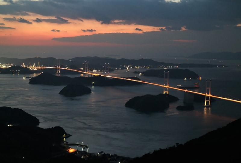 亀老山展望公園から見たマジックアワーの来島海峡大橋