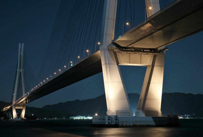 生口島(瀬戸田)から多々羅大橋の夜景(少しアップで)
