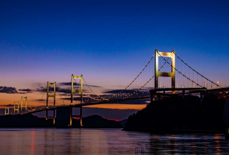 来島海峡大橋のライトアップ(夕暮れ時)