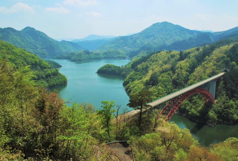 猪山展望台から龍姫湖(温井ダム)と瀧山峡大橋を望む