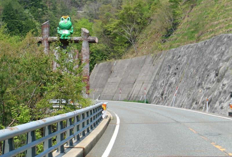 盆徳滝付近の国道186号線