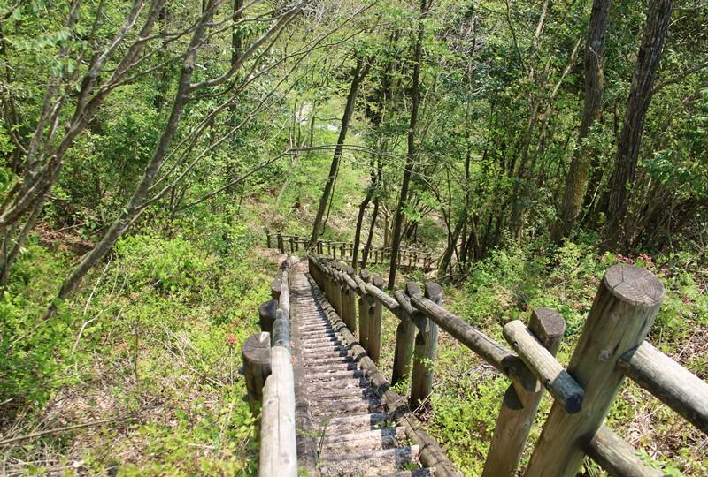 盆徳滝へと向かう木製の階段