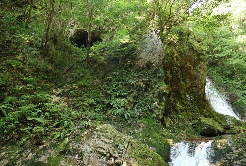 岩井谷の大龍頭の手前にあった洞窟