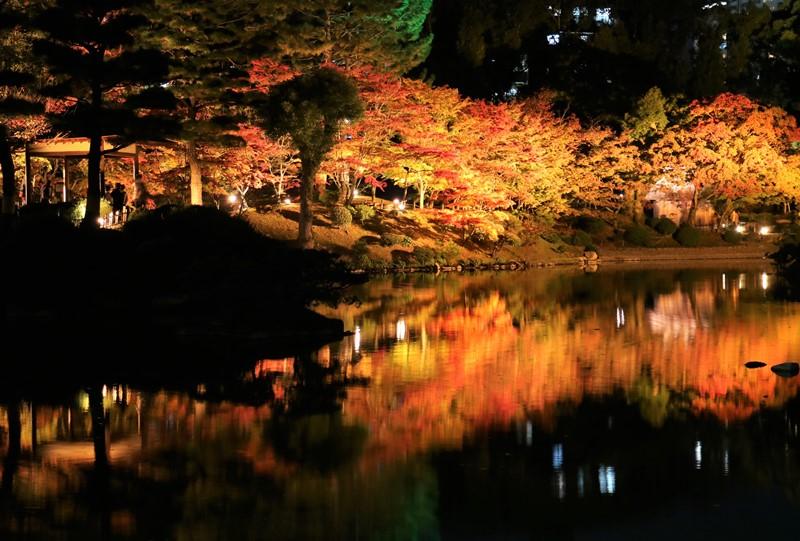 縮景園の紅葉、跨虹橋付近からの眺め