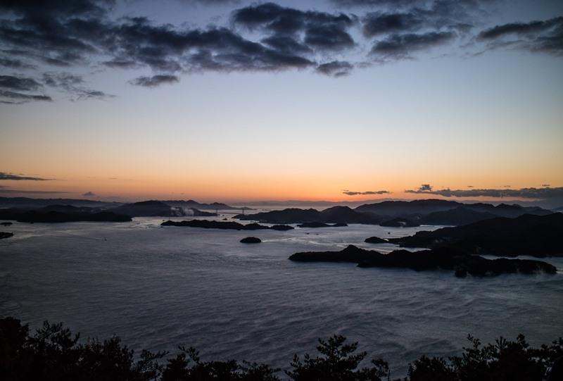 日の出前で薄暗いが海霧が見える
