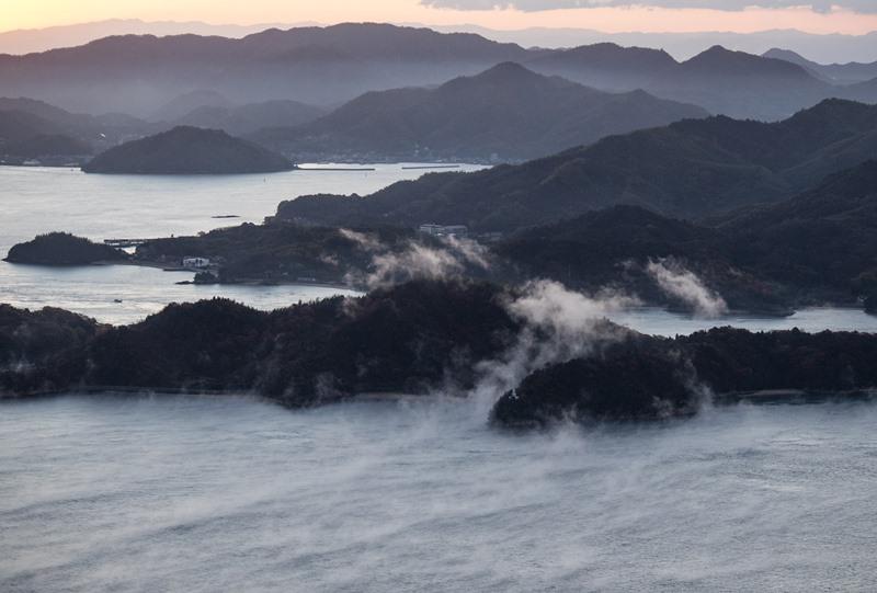小佐木島に乗りあげる海霧