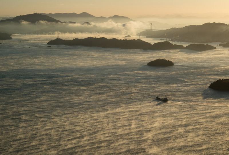 海霧の中を航行する大きな船