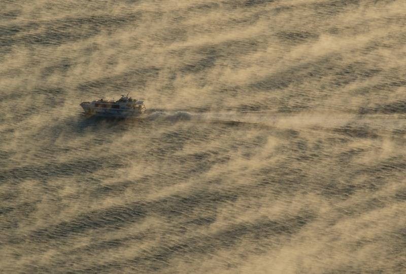 海霧の中を航行する旅客船