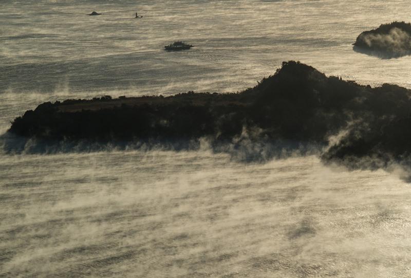海霧の中の小佐木島