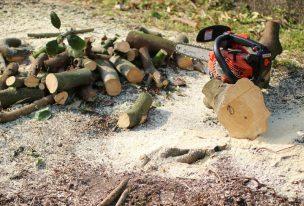 薪を作る作業