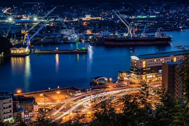 尾道駅前と尾道水道の夜景