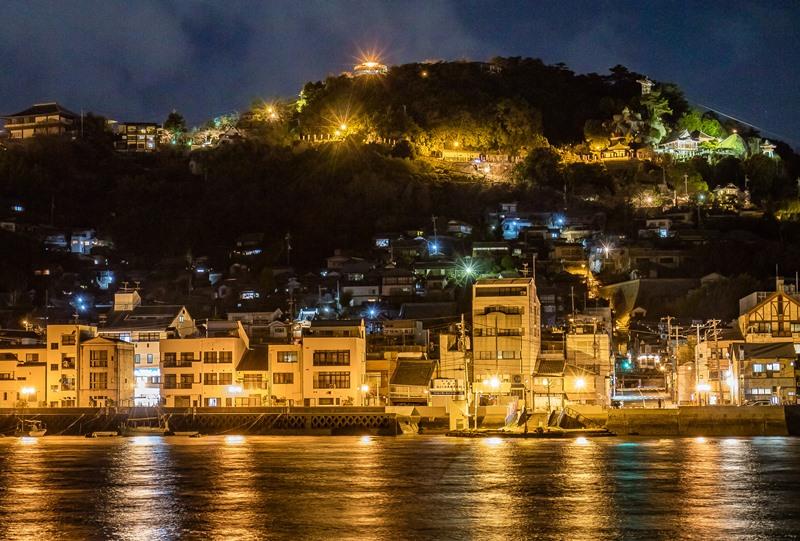 向島から見た千光寺山の夜景