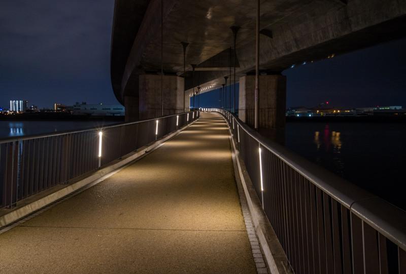 太田川大橋の夜景(桁下を通過する歩道)