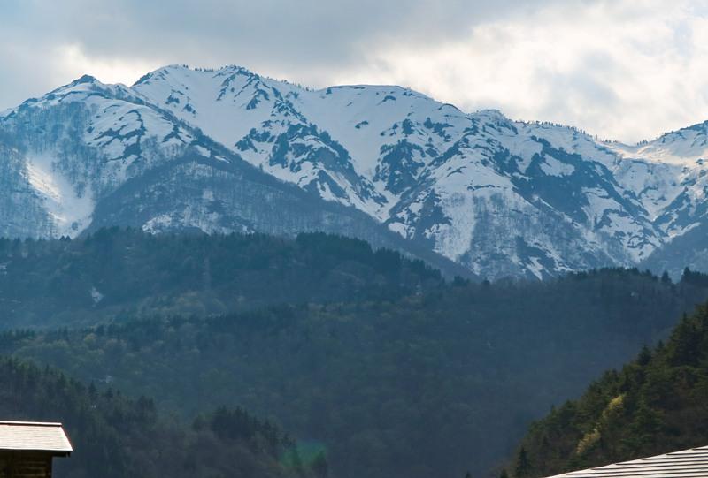 白川郷の周囲の山には多くの雪が残る