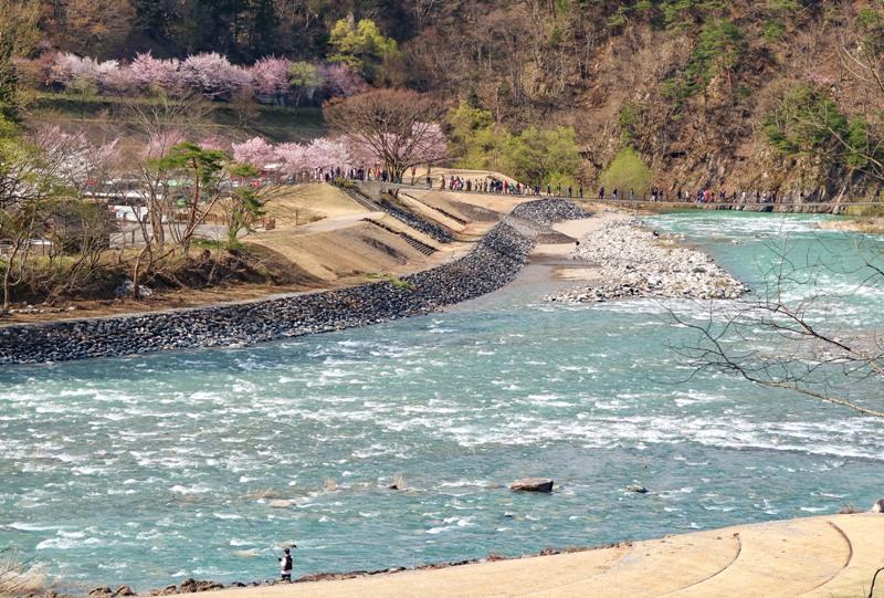 庄川にかかる、であい橋