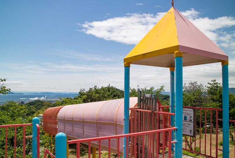 蜂ヶ峯総合公園、ローラーすべり台から見渡す瀬戸内海