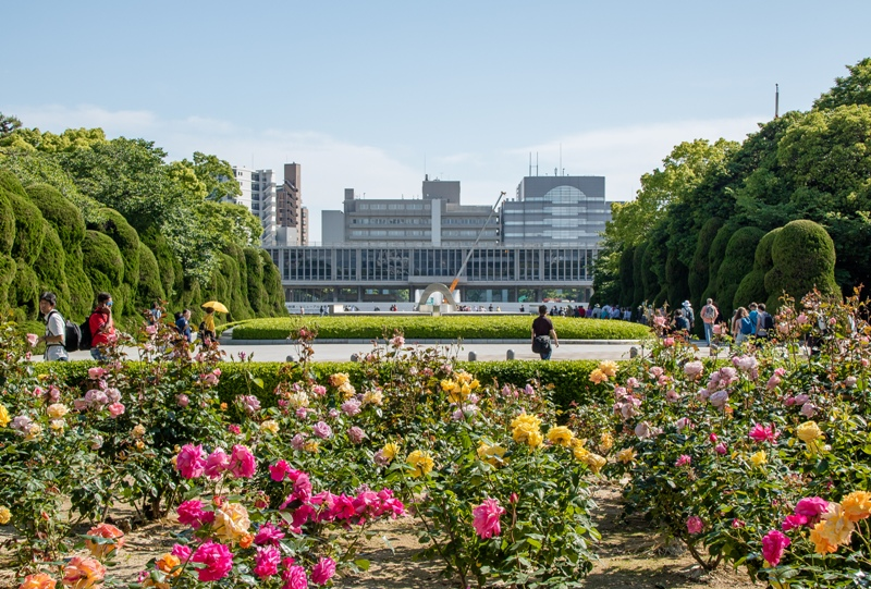 広島平和公園のバラ園と広島平和都市記念碑