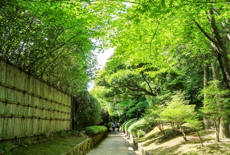 三景園、正門を目指して遊歩道を歩く