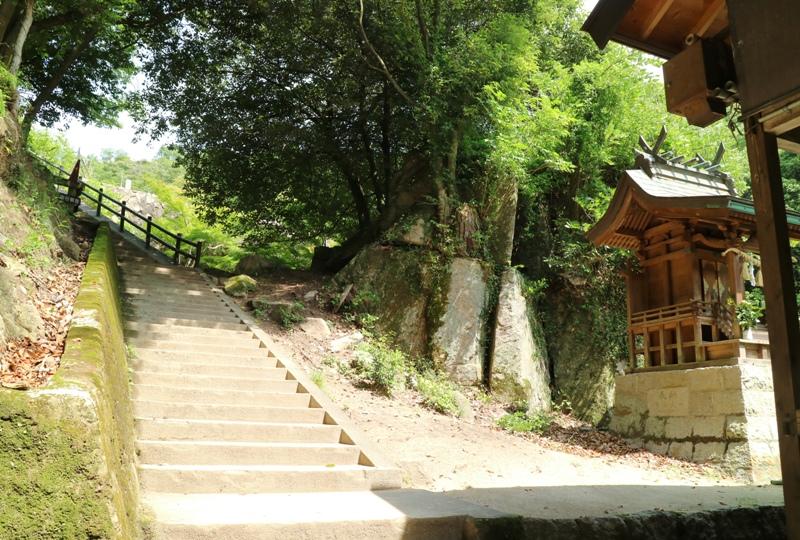 水分神社横の階段を登る