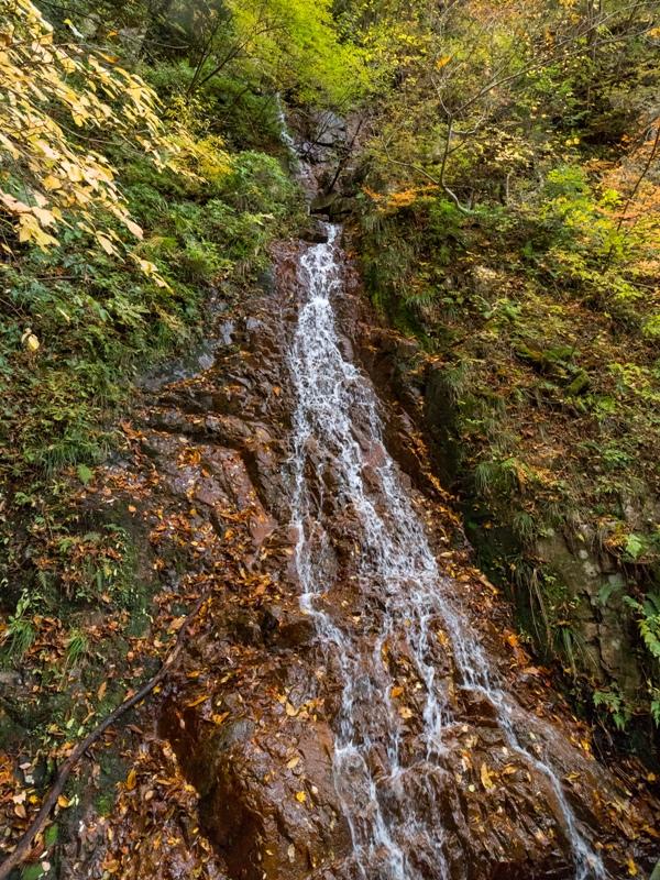 紅葉の三段峡「餅ノ木峠」から三段滝へ向かう遊歩道の滝