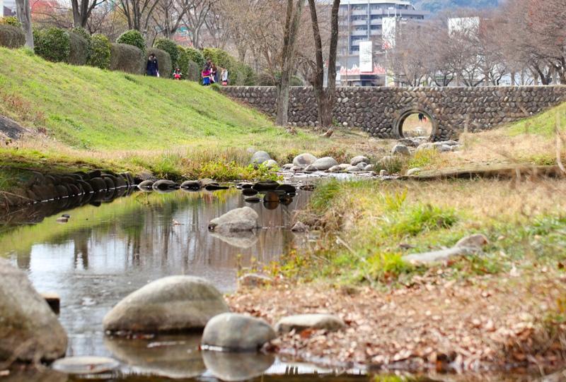 八木梅林公園の隣にある「古川せせらぎ河川公園」