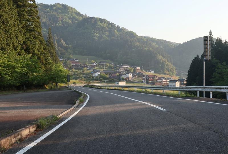 県道80号線を通り神ノ倉山公園へ