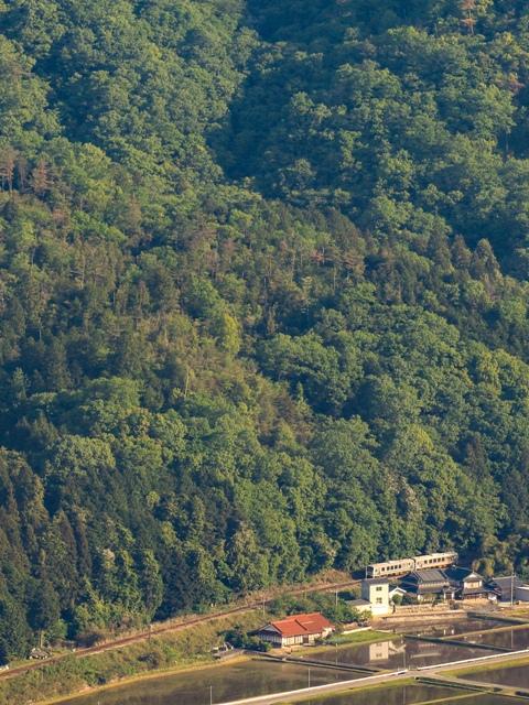 神ノ倉山公園、パラグライダー離陸場から芸備線を望む