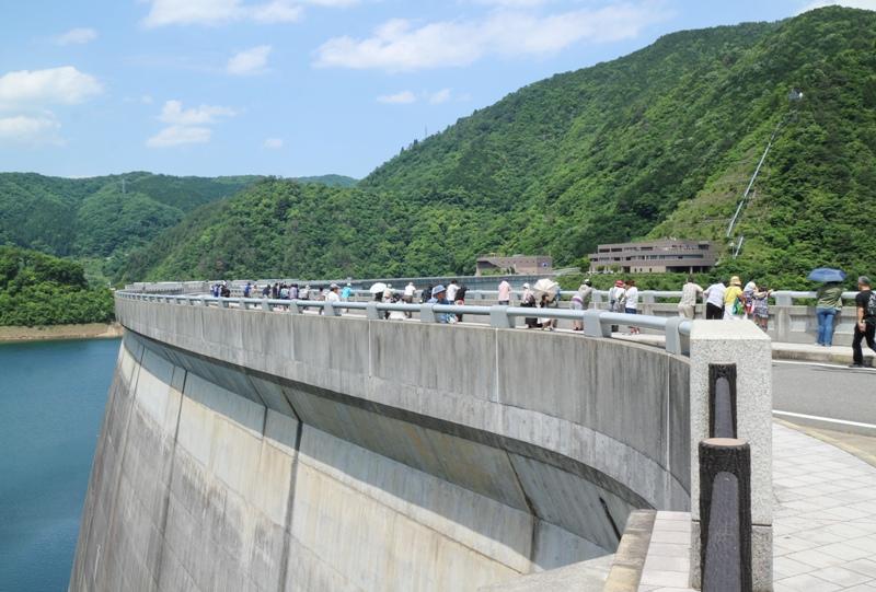温井ダム「水位低下放流」の見物客