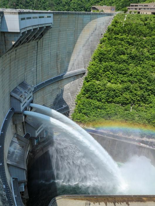 温井ダム「水位低下放流」虹が架かる