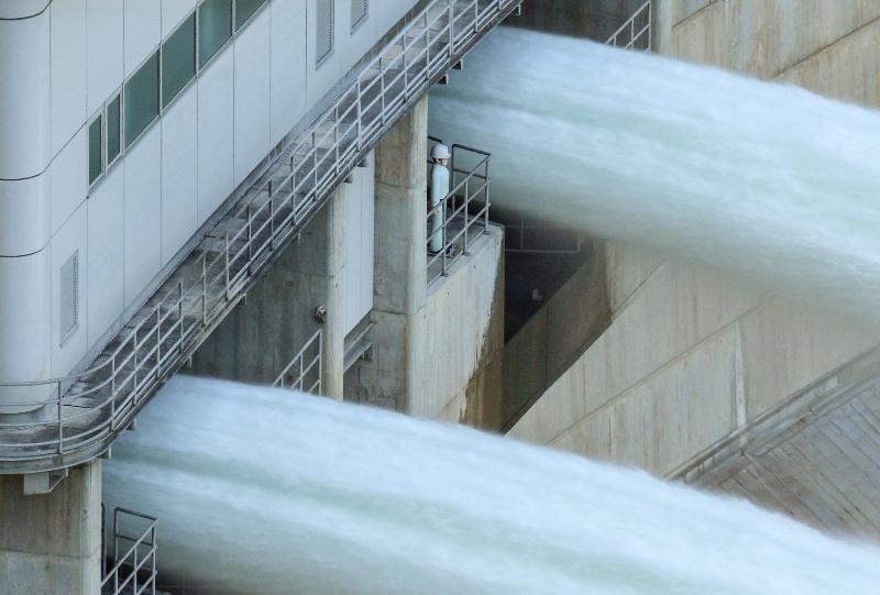 温井ダム「水位低下放流」治水太郎の人形