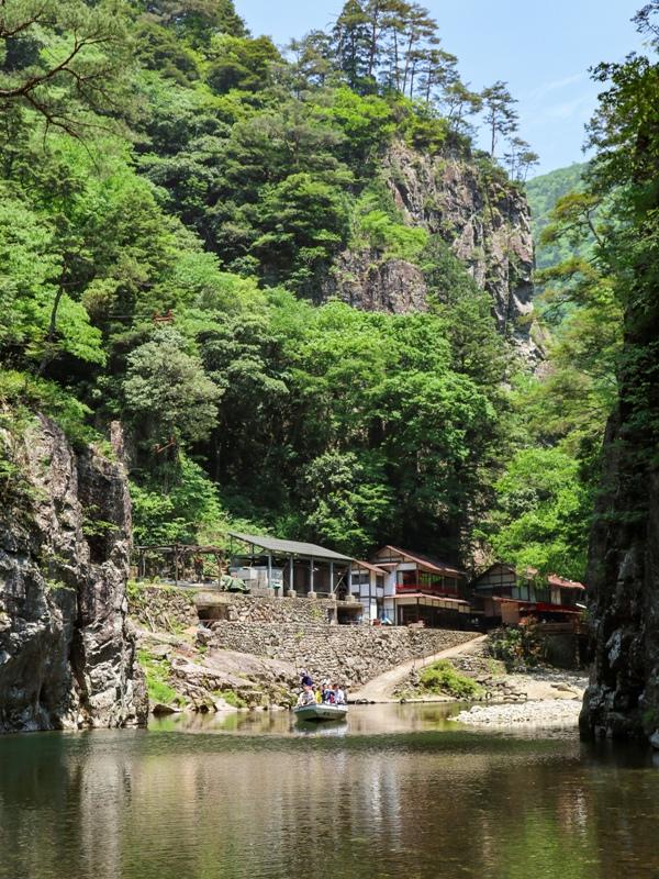 初夏の三段峡、渡船に乗って黒淵荘へ