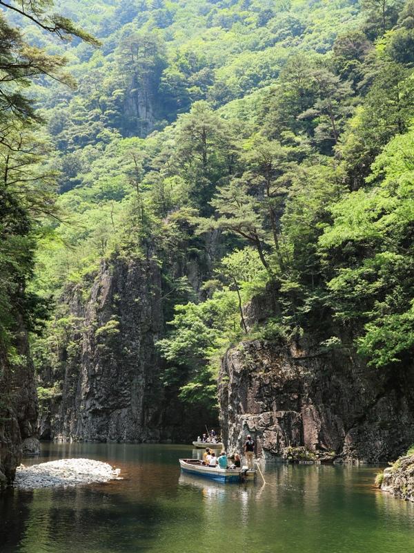 初夏の三段峡、黒淵を行く渡船