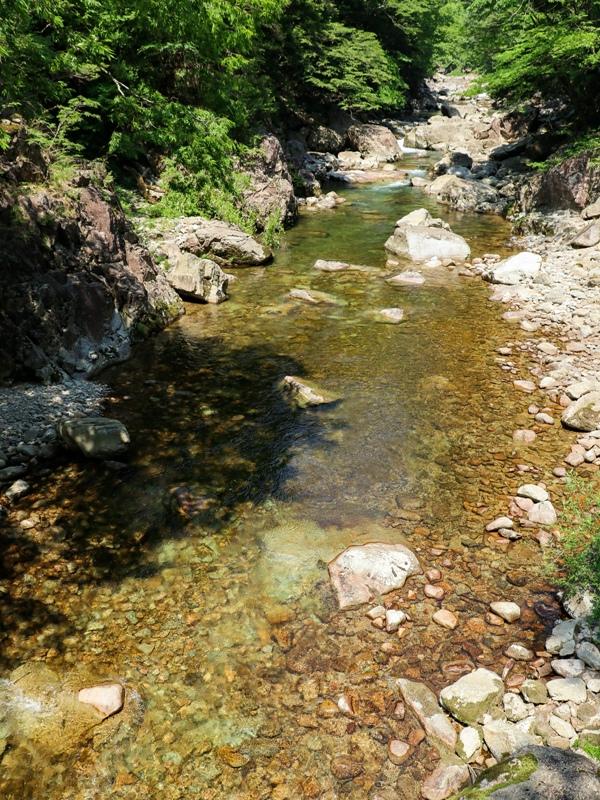 初夏の三段峡、黒淵荘の吊橋からの上流の眺め